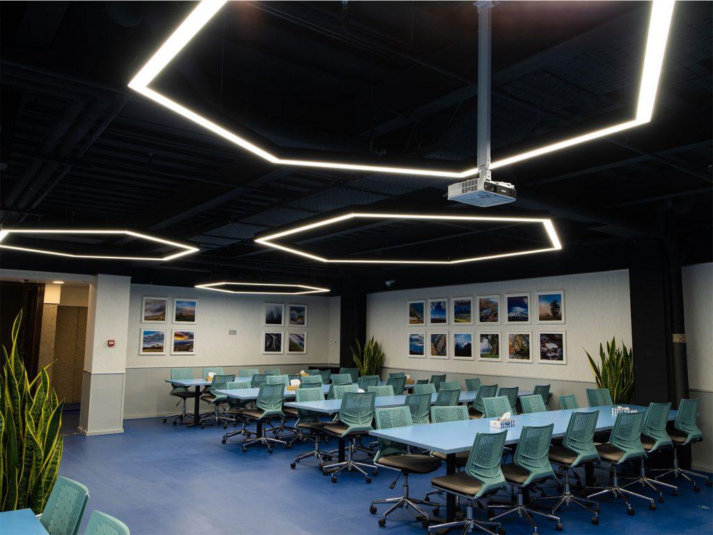 سالن چند منظوره بیمه سامان چراغ معماری هگزا تولیدی صنایع روشنایی نورانه