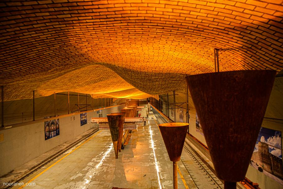 تصویر ایستگاه مترو بازار وکیل شیراز – روشنایی چراغ خطی توکار و روکار نورانه